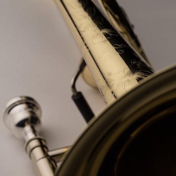 SHIRES MODEL Q30YA TROMBONE detaljer gravyr