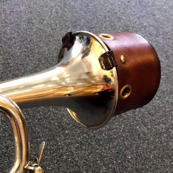 EAZY BUCKET MUTE I BRUNT SKINN på trompet